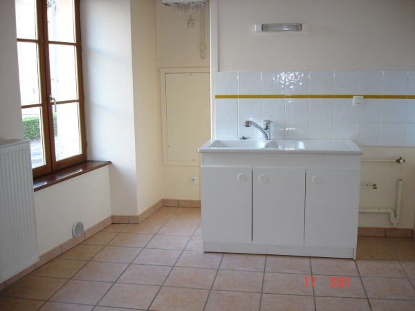 Rental apartment Cremieu 750€ CC - Picture 3