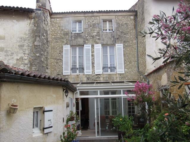 Vente maison / villa Saint-jean-d'angély 284850€ - Photo 2