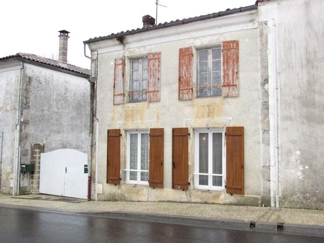 Sale house / villa Loulay 72000€ - Picture 1