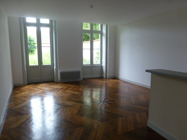 Rental apartment Saint-jean-d'angély 580€ CC - Picture 2