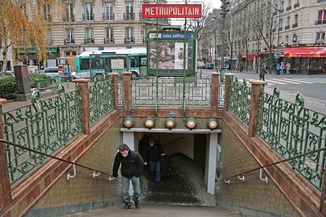 Location appartement Paris 18ème 918€ CC - Photo 1