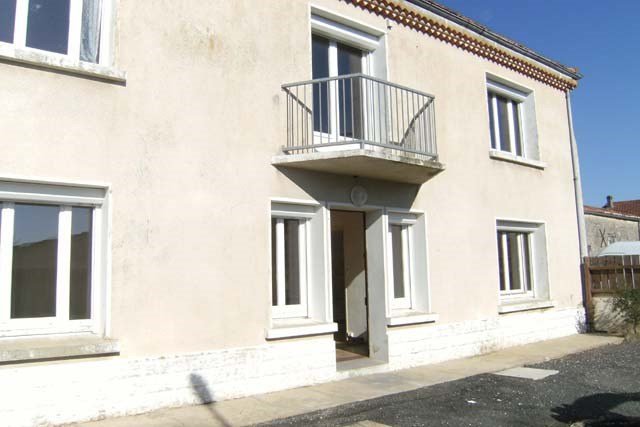Sale house / villa Loulay 106500€ - Picture 1
