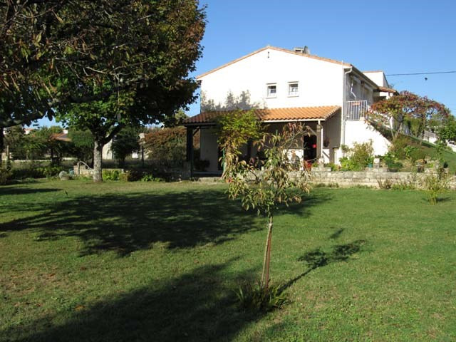Sale house / villa St jean d'angely 190800€ - Picture 2