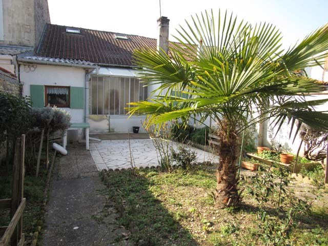 Sale house / villa Saint-jean-d'angély 90750€ - Picture 1