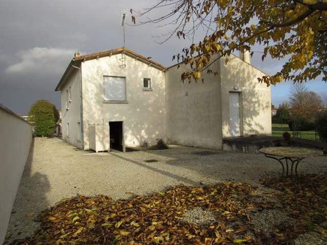 Sale house / villa Saint-jean-d'angély 132750€ - Picture 2