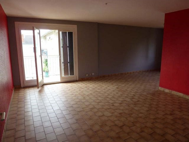 Rental apartment St uze 395€ CC - Picture 1