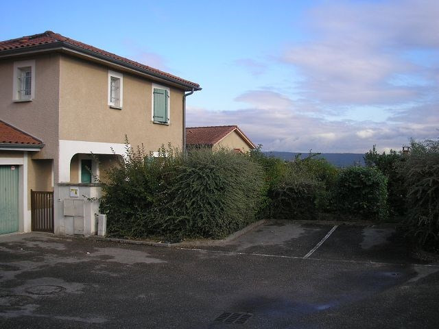 Location maison / villa L isle d abeau 945€ CC - Photo 2