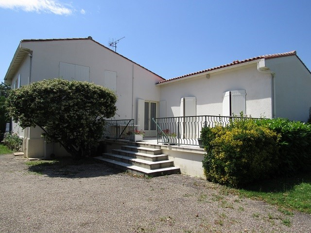 Sale house / villa Loulay 133100€ - Picture 1