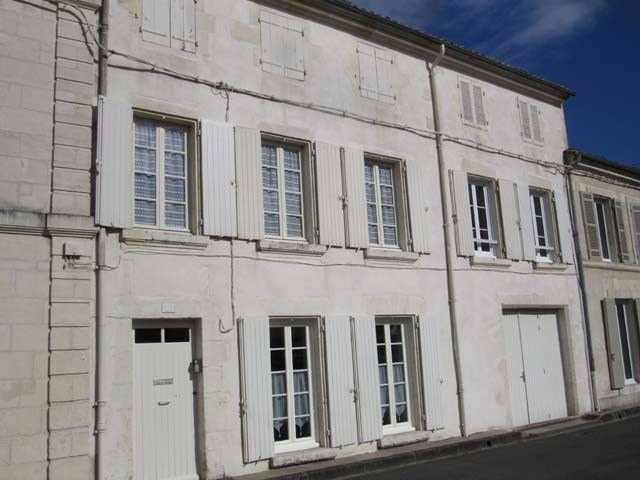 Sale house / villa Saint-jean-d'angély 217 300€ - Picture 1