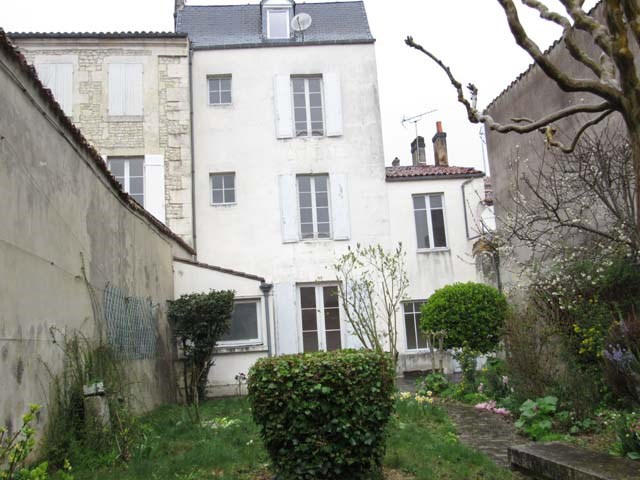 Sale house / villa Saint-jean-d'angély 138 000€ - Picture 1