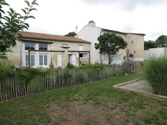 Sale house / villa Saint-jean-d'angély 332 325€ - Picture 2