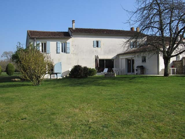 Sale house / villa Saint-jean-d'angély 337 600€ - Picture 1