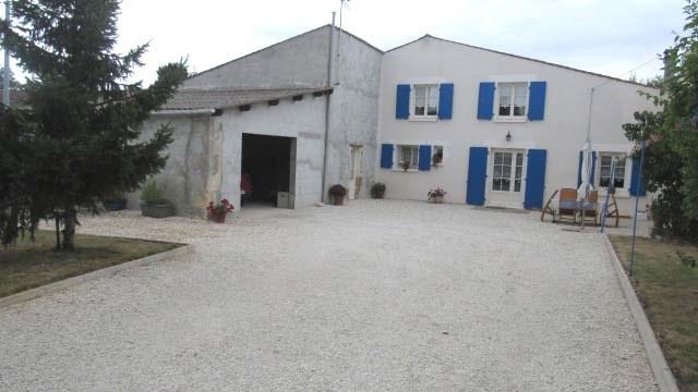 Sale house / villa Saint-jean-d'angély 122400€ - Picture 1