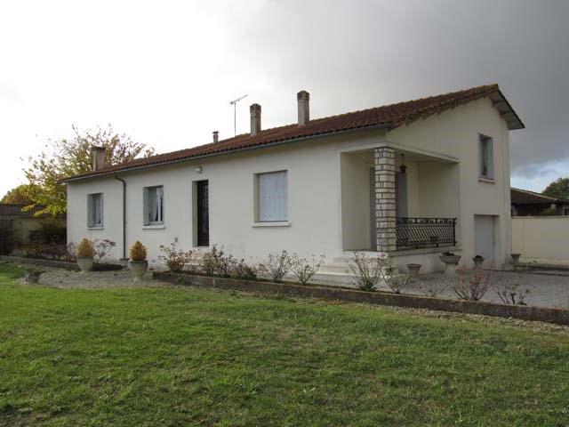 Sale house / villa Saint-jean-d'angély 132750€ - Picture 1