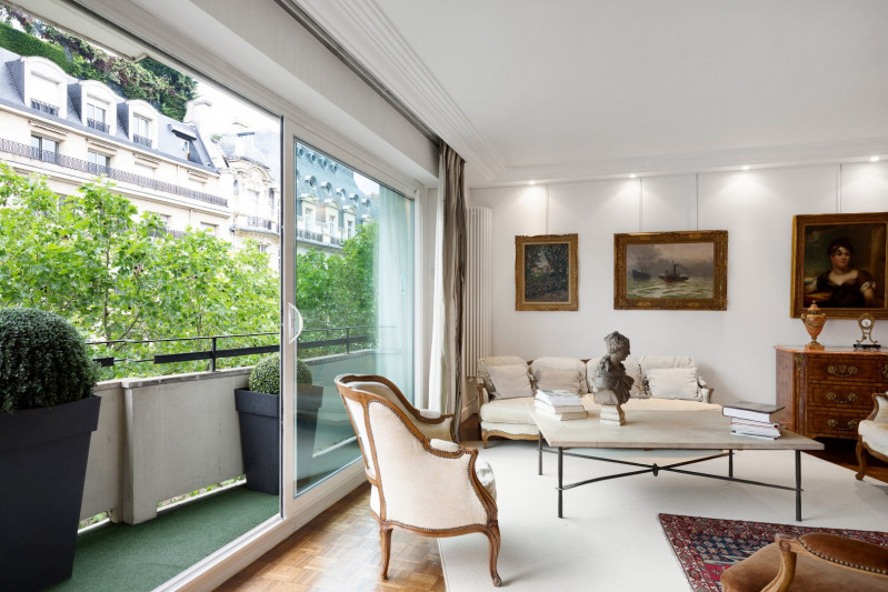Paris 16th District. An elegant three-bed apartment.