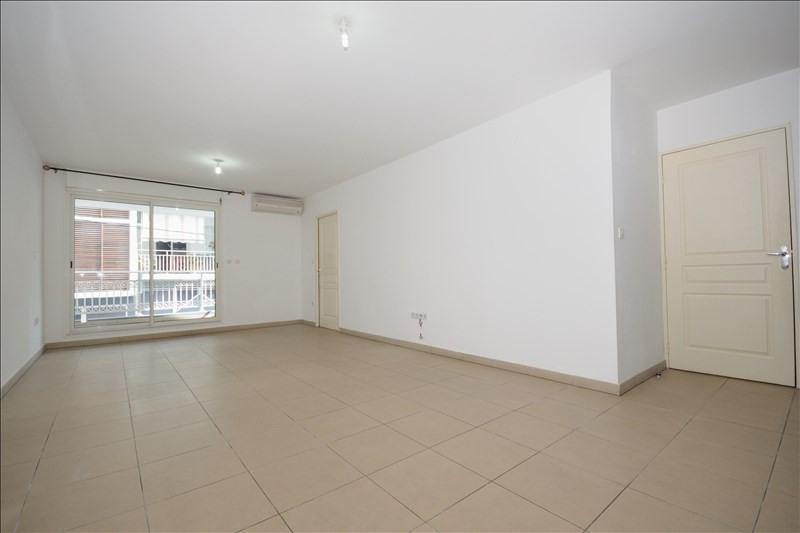 Rental apartment St pierre 896€ CC - Picture 2
