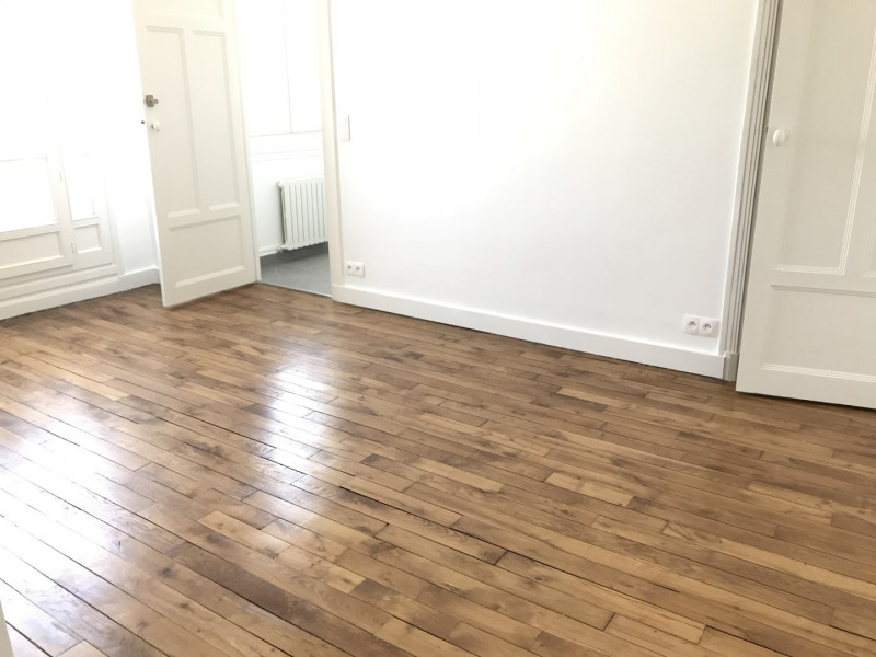 Location appartement Paris 18ème 1 061€ CC - Photo 2