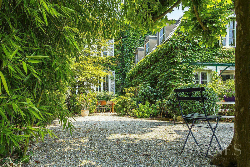 Caluire-et-Cuire - 2,755 sq ft house with charm - 0.14-acre gard
