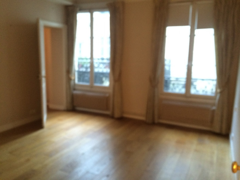 Rental apartment Paris 4ème 1 975€ CC - Picture 3