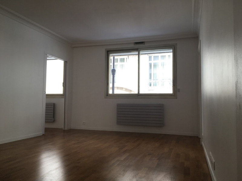Location appartement Paris 16ème 2 040€ CC - Photo 2