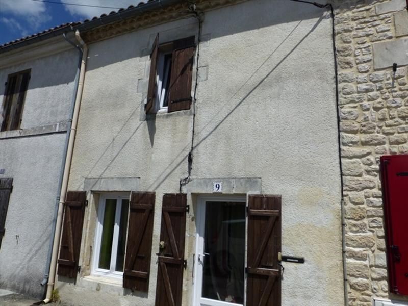 Sale house / villa Saint-jean-d'angély 106800€ - Picture 1