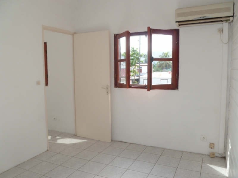 Rental apartment Ste anne 570€ CC - Picture 6