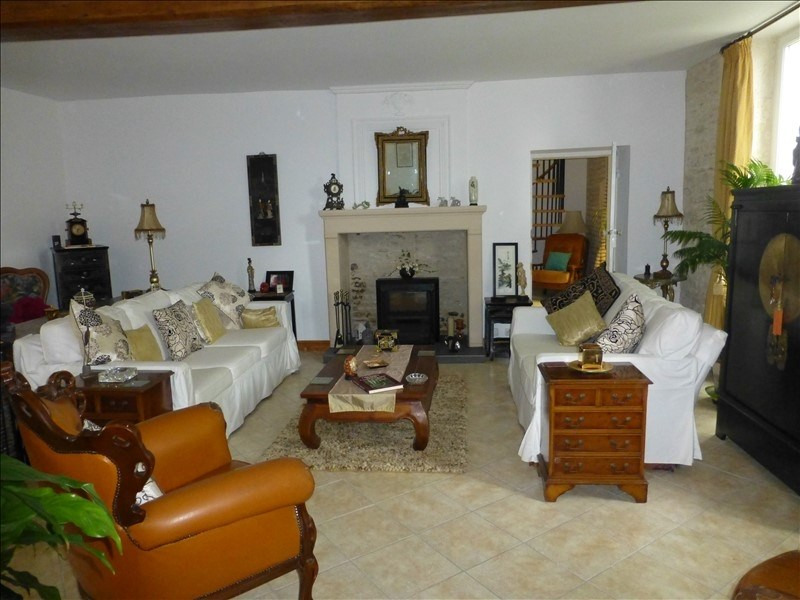 Sale house / villa St jean d angely 218200€ - Picture 2