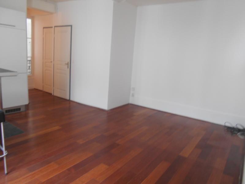 Location appartement Paris 10ème 1150€ CC - Photo 1