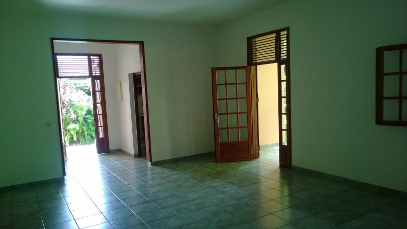 Location maison / villa Saint claude 1 029€ CC - Photo 4