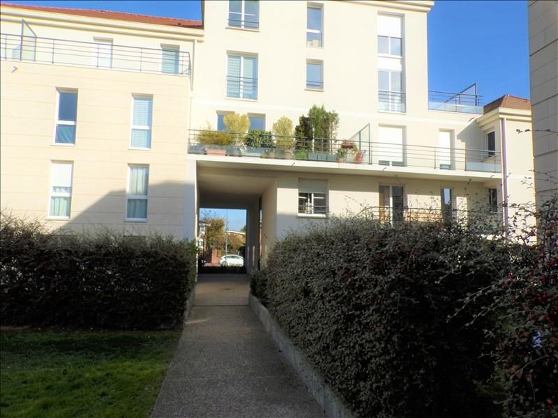 Rental apartment Montigny le bretonneux 922€ CC - Picture 1