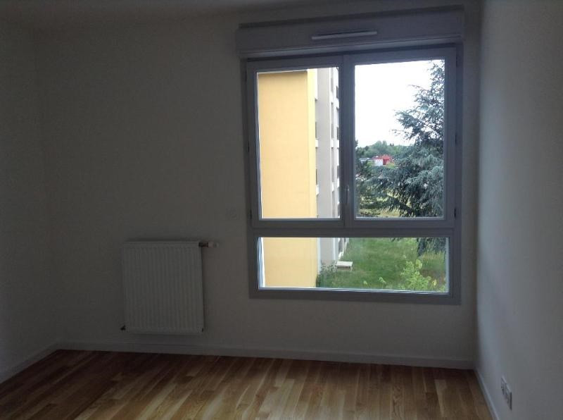 Rental apartment Bron 735€ CC - Picture 2