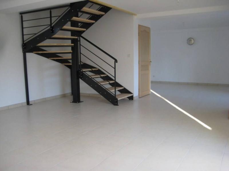 Location maison / villa Saint-pierre-la-cour 560€ CC - Photo 2