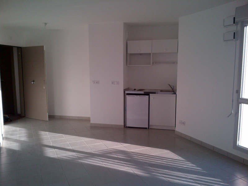 Rental apartment Bron 490€ CC - Picture 2