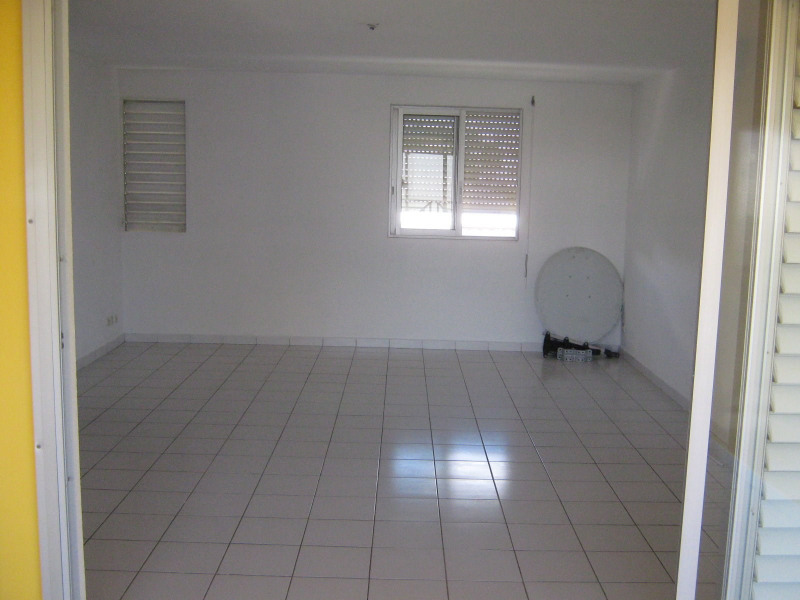 Rental apartment Baie mahault 750€ CC - Picture 3