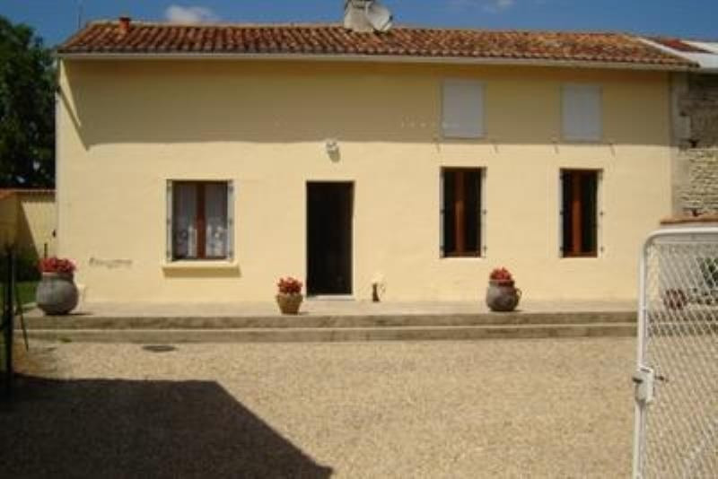 Sale house / villa St jean d angely 152800€ - Picture 1