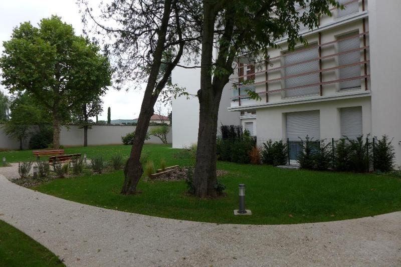 Rental apartment Lyon 8ème 854€ CC - Picture 2