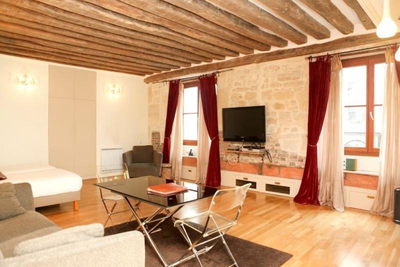 Rental apartment Paris 4ème 1600€ CC - Picture 1