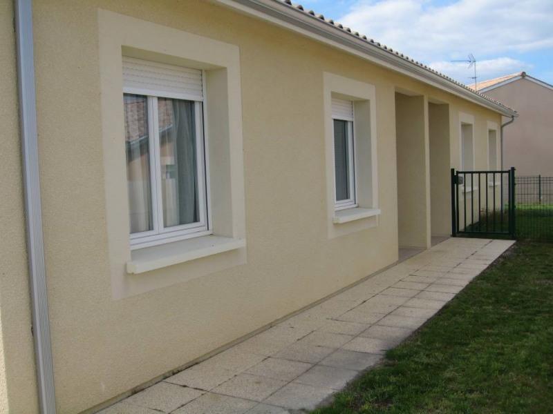 Location maison / villa Saint-quentin-de-baron 687€ CC - Photo 1