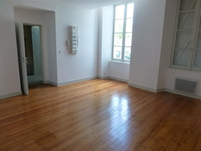 Rental apartment Saint-jean-d'angely 510€ CC - Picture 2