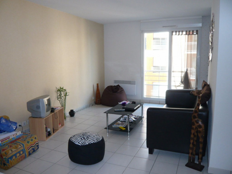 Rental apartment Laval 410€ CC - Picture 1