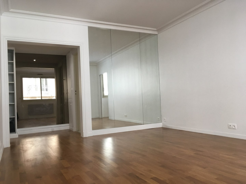 Location appartement Paris 16ème 2 040€ CC - Photo 1