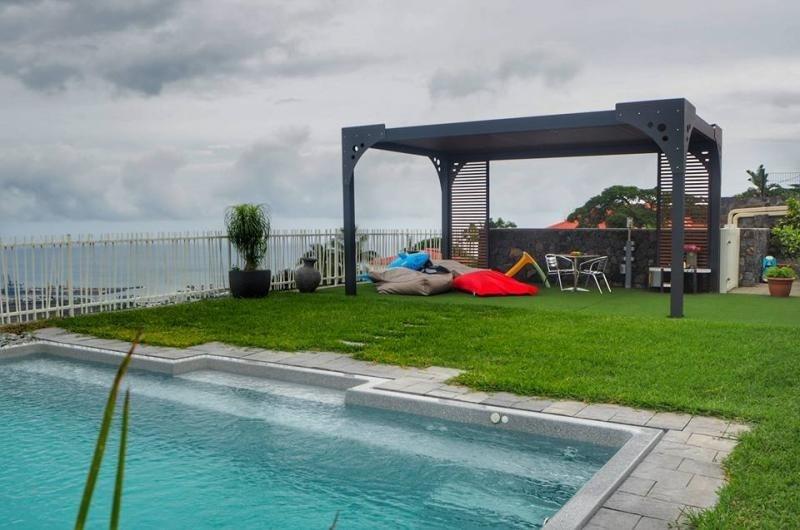 Deluxe sale house / villa La possession 695000€ - Picture 1