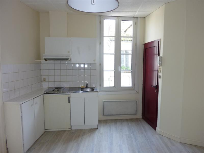 Location appartement Saintes 296€ CC - Photo 1