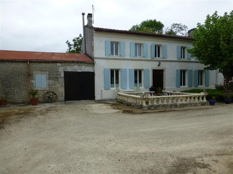 Sale house / villa St jean d angely 302 000€ - Picture 1