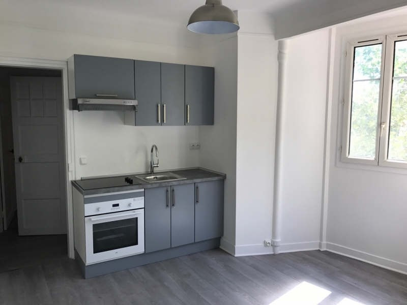 Rental apartment Clichy 950€ CC - Picture 1