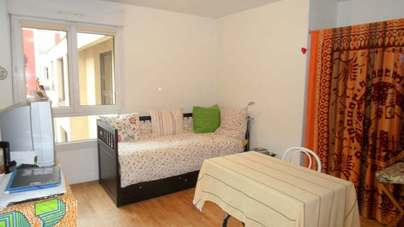 Rental apartment Courbevoie 660€ CC - Picture 1