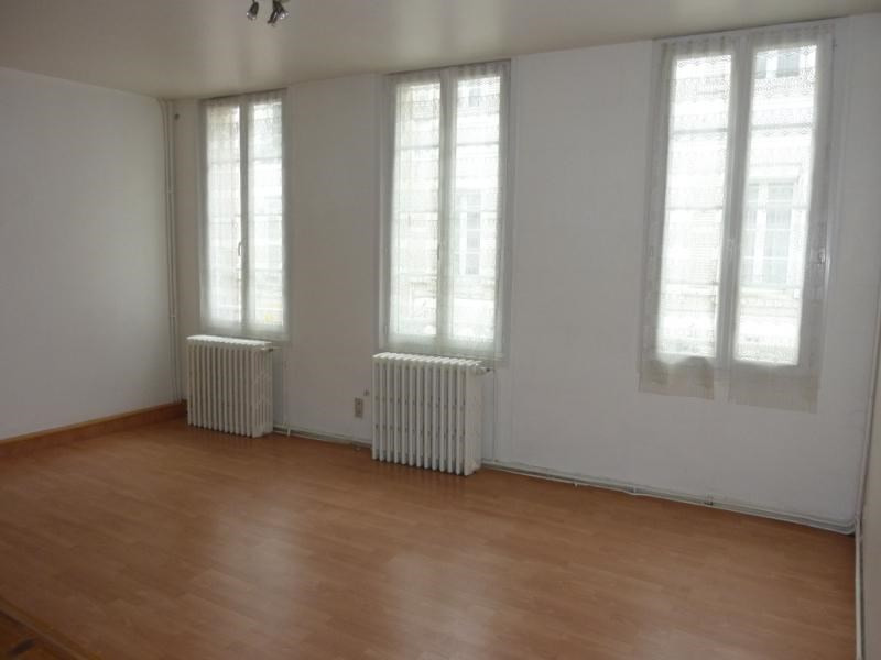 Rental apartment Saintes 377,65€ CC - Picture 1