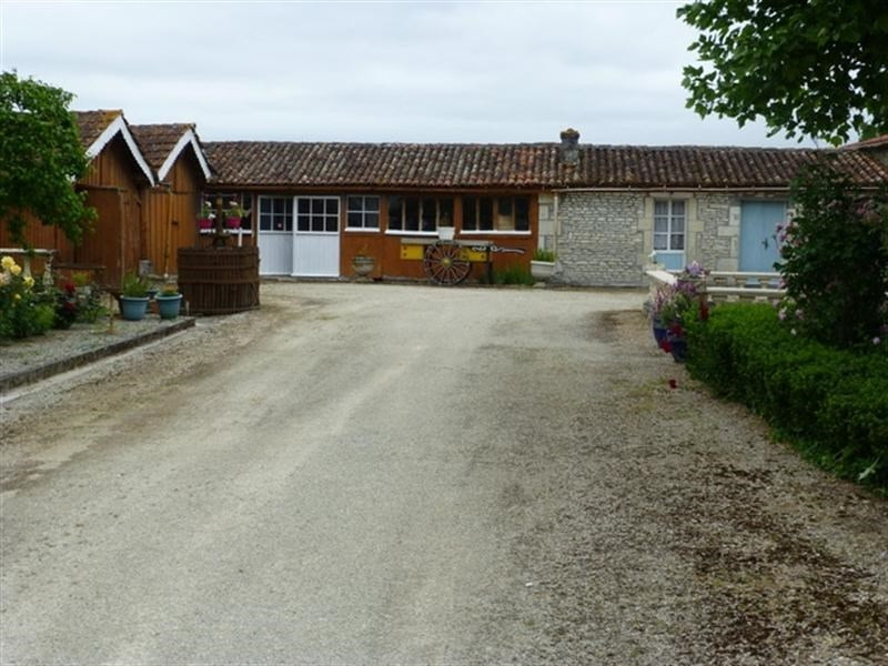 Sale house / villa St jean d angely 302 000€ - Picture 3