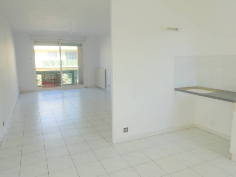 Rental apartment Les angles 734€ CC - Picture 1