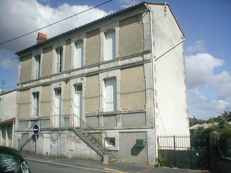 Location maison / villa Ruelle sur touvre 468€ CC - Photo 1